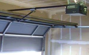 Photo credit: https://en.wikipedia.org/wiki/Garage_door